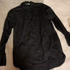 Svart satinskjorta från NA-KD. Säljer då den inte längre är min stil. Stl 40 men lite oversize så skulle säga att den passar 40-42.