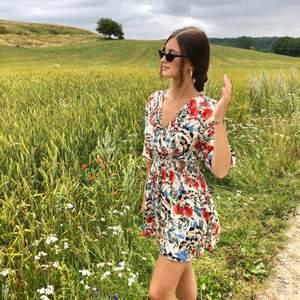 Säljer denna drömmiga klänning pga för kort för mig (är 178cm) Den är strl M men skulle säga att den passar en XS.