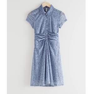 Sprillans klänning, oanvänd. Klänning slutsåld i storlek 36 som denna är i. Skön att bära och den faller fint! Frakt tillkommer, skickas spårbart. 🌹