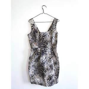 Leopardmönstrad klänning i jättefint skick. Märke: Dorothy Perkins Storlek 40 Skickas i postorderpåse via postnord