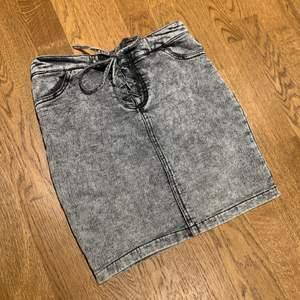 Knappt använd kjol med knytning i strl S. Gillar den liknar en jeanskjol med har ett mjukt material som sätter sig snyggt på kroppen, samt att du kan justera knytningen tightare. Säg ett pris som känns rimligt för dig vid intresse! PM för frågor/bilder!