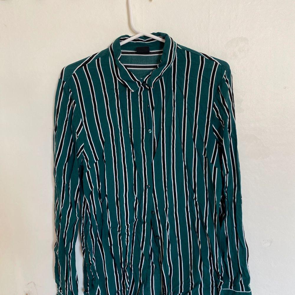 Nu säljer jag denna skjorta som är köpt på Gina tricot. Storlek 38 och väldigt bra skick. Säljer då den ej längre passar. Hör av er för fler bilder:) köparen står för ev frakt. Skjortor.