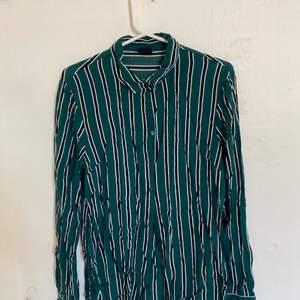 Nu säljer jag denna skjorta som är köpt på Gina tricot. Storlek 38 och väldigt bra skick. Säljer då den ej längre passar. Hör av er för fler bilder:) köparen står för ev frakt
