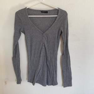 Nu säljer jag denna väldigt fina tröja från Lindex. Storlek S och väldigt bra skick. Säljer då den ej längre passar. Hör av er för fler bilder:) köparen står för ev frakt