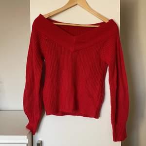 Röd stickad tröja från Gina Tricot i storlek Xs. Har en superfin V ringning framtill💕