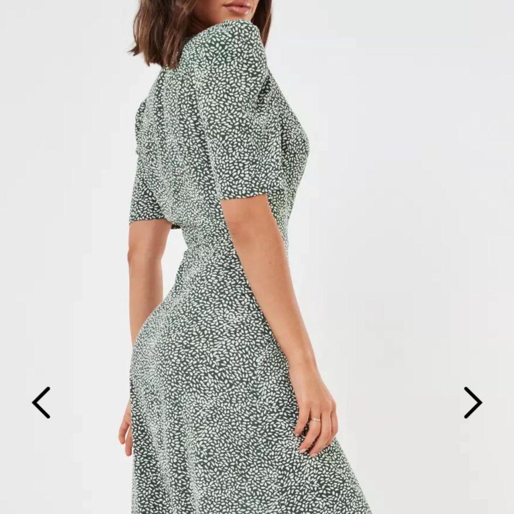 Jättefin grön mönstrad omlottklänning i stl 34 som tyvärr var för stor för mig :( alla lappar kvar! Köpare står för frakt. Klänningar.