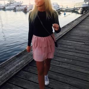 En jätte fin kort kjol i tre lager, lite glittrig/skimrig i tyget. Köpt för 399 kr från NA-KD
