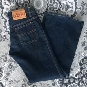 Vintage jeans med LINDSAY på baken. Sitter svinsnyggt med stuprör. Står ingen storleken men jag är 26 och passar perfekt.