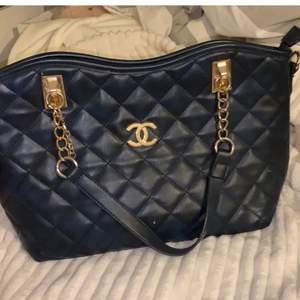 . Mörkblå fake Coco Chanel väska. Guld i insidan. Ny skick