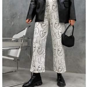Helt nya jeans från Shekou, tyvär var de för små i midjan för mig, köpte dem för 513kr och säljer dem nu för 170kr+ frakt☺️