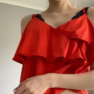 Jätte fint rött oranget volang linne perfekt till sommaren! Har justerbara axelband. I jätte bra skick!  ☺️☀️