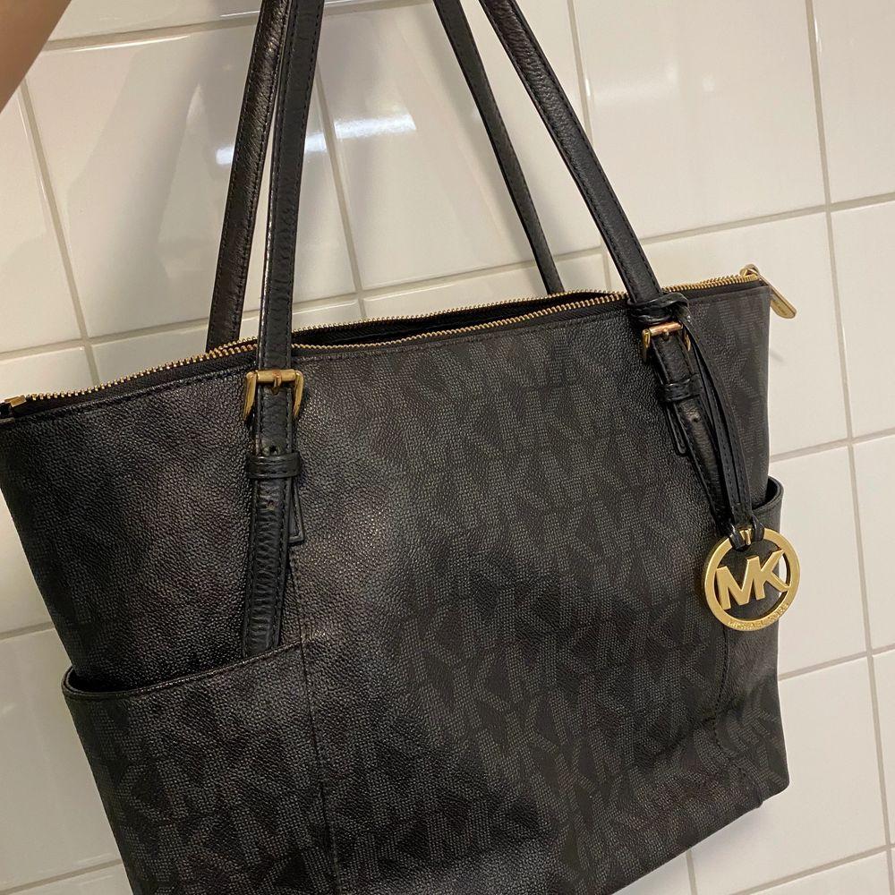 Jättesnygg väska från Michael kors , i jättebra skick!. Väskor.