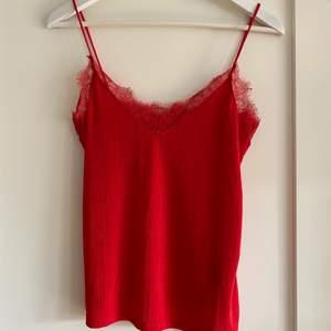 Rött linne med spets från HM, sitter som en smäck. Stl XS. +50kr frakt