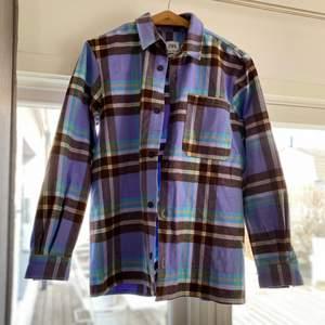 Fin Skjortjacka från Zara som knappt aldrig är använde och är i perfekt skick. Storlek Small men passar en Medium. (300kr som baspris, 65kr för frakt som köpare står för.)