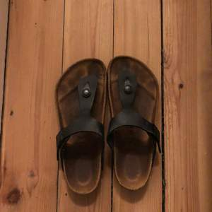 A pair of black Birkenstock gizeh in good condition. Size 36 :)
