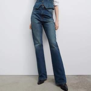 """Aldrig använda från Zara i modellen """"hi rise bootcut 70s"""" för 559kr, har liknande och glömde att lämna tillbaka så därför säljer jag. Stolek 32, passar 34 också!"""