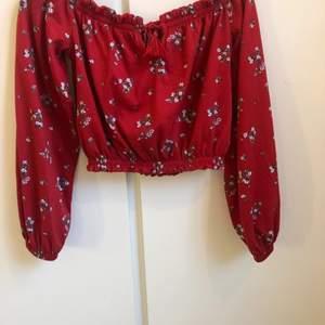 Säljer en blommig off shoulder tröja som är kortare i modellen, från hm divided i xs. Knappt använd så i nyskick. 100 kr inklusive frakt