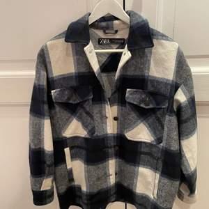 Jag säljer min rutiga Zara jacka som jag har andvänt ett få tal gånger! Jag säljer den för 200 + frakt!