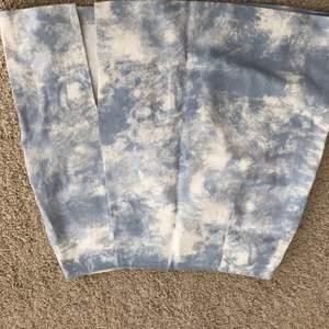 Jätte gullig kjol från shein med fint mönster. Använt ca 2 gånger, bra skick. Storlek S. Kjolen har en liten slits som gör att något händer. säljer pga att jag inte använder den längre. Köparen står för frakten💓
