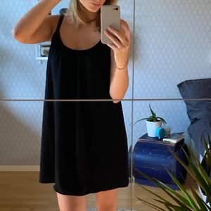 Säljer denna somriga svarta klänning då den ej kommer till användning tyvärr. Köptes i somras utomlands (därav valutan på prislappen) för 160kr. Aldrig använd och i nyköpt skick. Skriv vid fler frågor. Kan mötas i Uppsala eller frakta och isåfall står köparen för frakten.