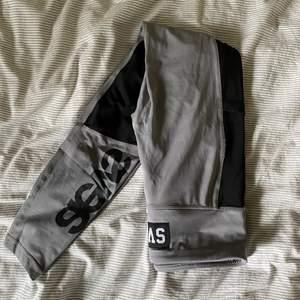 Säljer dessa jätte snygga gråa träningsthaightsen med svarta detaljer från Svea! Aldrig använda ( då jag inte tränar 🥳)