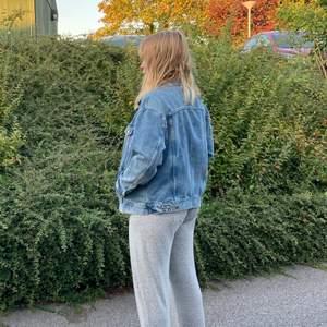 Jeansjacka från H&M i storek M! Använd ett par gånger, säljer pga har en annan jeansjacka och behöver inte två! Hoppas nån annan kan få användning av denna jackan 💞🥳