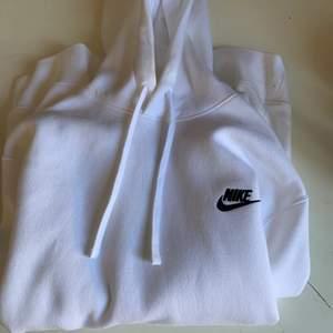 Säljer denna sjukt snygga Nike hoodie i storlek S men passar även en M, alltså är hoodien oversize. Hoodien är max använda 2-3 gånger och är som i ny skick. (Tvättar hoodien såklart inann jag postar den!) Säljer vid bra bud:) 💕Köparen står för frakten❤️