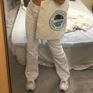 Skitsnygga vintage vita raka jeans. Passar mig som har 34/36 i jeans💓