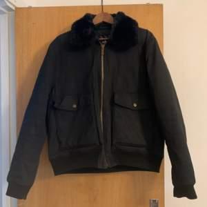 Säljer en vinter/vår jacka i strl XL (herrstrl), är i bra skick!