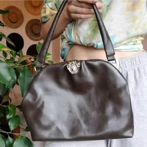 Supercool vintage väska med snyggt spänne (bild 3). Säljer pga. att den inte kommit till användning. Bilderna är lånade från tidigare säljare 💕