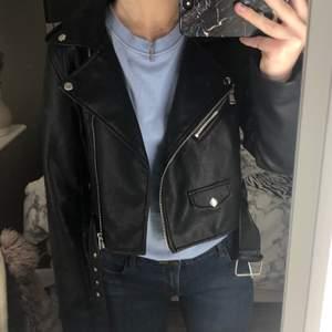 Säljer min jacka med skinnimmitation då den inte längre kommer till användning! Använd men är som i nyskick! På mig som är 168cm lång går den ungefär till midjans mitt och full längd ut till ärmarna! Kan mötas eller fraktas!❤️