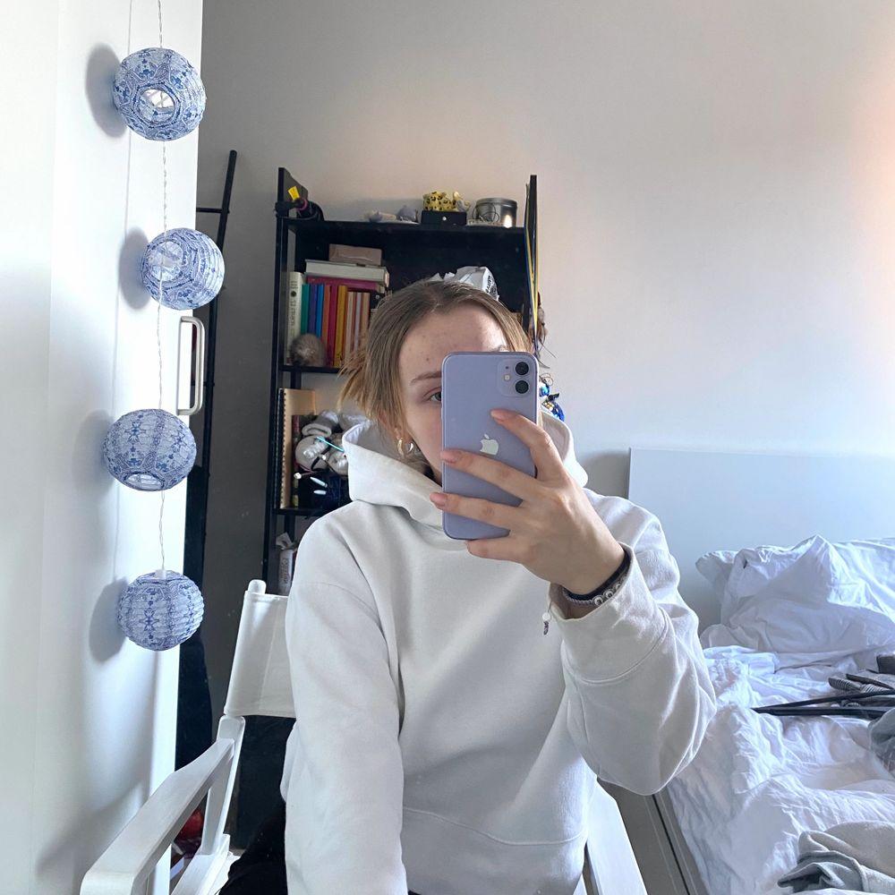 Vit hoddie från zara! Sparsamt använd men har lite foundationfläckar vid kragen, inget som syns om man inte tittar noga, fråga så skickar jag bilder!💖 priset är exklusive frakt, annars kan jag mötas upp i Lund . Huvtröjor & Träningströjor.