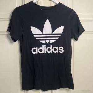 Säljer en svart Adidas t-shirt från kids brand store, nyskick, storlek 12-13 år, 100 kr + frakt