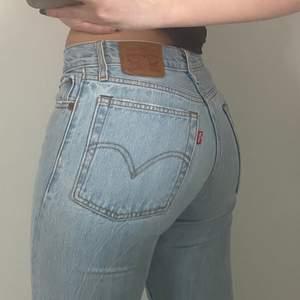 Ett par ljusblåa Levis jeans i storlek 24, fit Wedgie Straight. Ett par ljusblåa raka jeans med slitna anklar. Använt några gånger men i fint skick. Säljer pga av försmå. Jag är 160cm