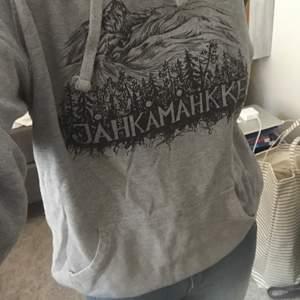 """Säljer min väl använda hoodie från Neutral. Det står """"Jåhkåmåhke"""" på den vilket är samiska för Jockmock."""