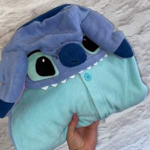 Stitch one piece. Endast använd 1 gång. Köpt från partykungen, ordinarie pris 499kr. One size. +frakt