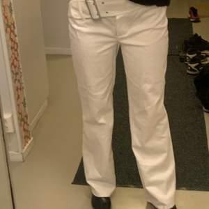 Vita kostymbyxor med insytt skärp, snygg fit! Jag är 169-170 lång och en S-M!
