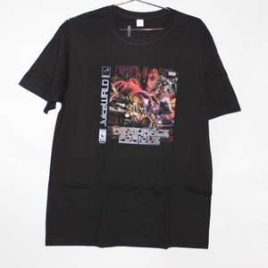 Denna T-shirten är mjuk, skön och andas. Den är tillverkad av 100 % kammat bomull, vårt kammad bomull är mjukare och starkare än vanligt bomull. T-shirten är varken för tunn eller för tjock, t-shirtens vikt är perfekt för att kunna gå runt med ett bildtryck på sig utan att känna sig för