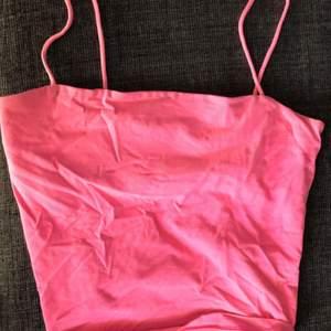 Säljer detta söta linne med cool neonrosa färg som jag köpte på gina för 1 år sedan. Har använt det några få gånger. Köpte det för 149kr och säljer det för 40kr+ frakt. Det är i storlek S.Kan mötas också i stockholm