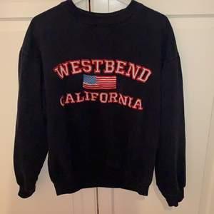 En snygg tröja med broderad text! Mörk blå/svart! Storlek S. Budgivning om flera är intresserade!