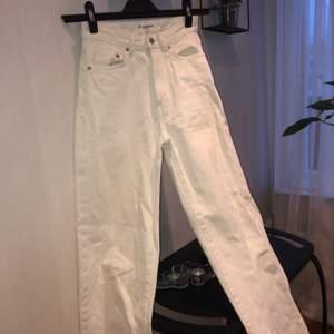 Vita jeans från pull & bear. En bred passform i benen , smal midja. Storlek 32 men passar 34.