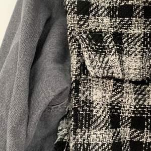 Knappt använd tunn vårjacka. Från Zara. Bra kvalite, slitstark. Jeansarmarna gör den såååå snygg men har tyvärr för många liknande.  250+frakt och kan skicka postbevis!😇 Pris diskuterbart. Köpt för 500 tror jag. Storlek S men sitter oversized