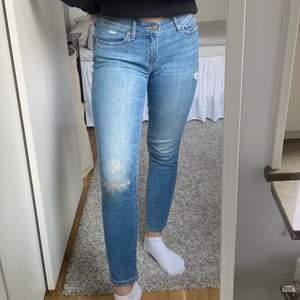 Levi's jeans köpta i New York. Modellen heter 711 Skinny och är i storlek XS/34 med stl 26 i midjan (jag är 164 cm lång). Tight modell och låg midja med lite slitningar. Dessa är dina för 80 kr + ev frakt 🤍