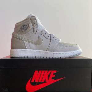 Air Jordan 1 Retro High CO Japan Neutral Gray (GS). Brand new. Size US 4.5Y/ EU 36.5. 2499kr. Meet-up in Stockholm available. No trade/exchange.
