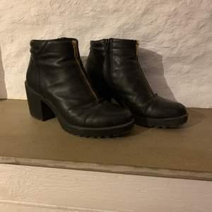 Skor för vagabond, storlek 40. Dragkedja på insidan. Fint skick. 300kr eller bud, köpare står för frakt.