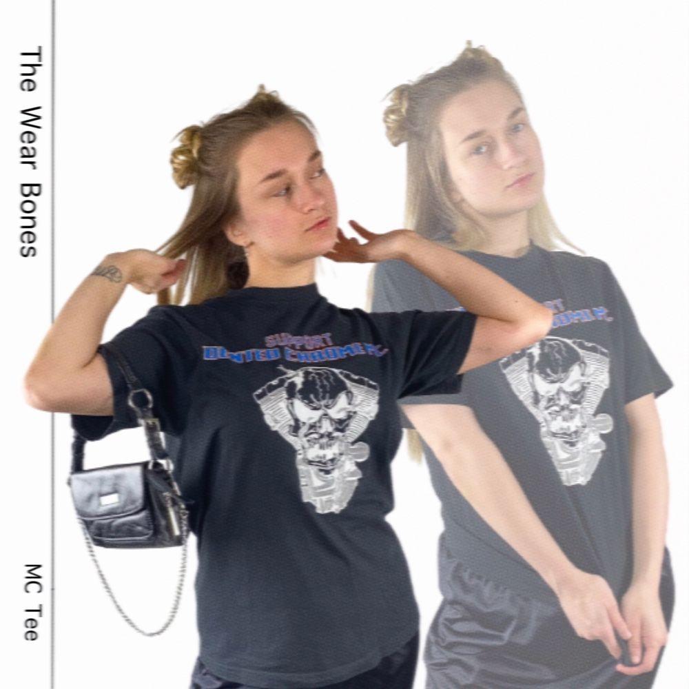 Cool t-shirt i toppenskick från Graphix Original Wear i storlek M. 100% cotton. Troligen menad för män.   Axel till axel 43.5cm, längd 70cm och bredd rakt över 52cm. SafePay knappen är aktiverad så det går att köpa direkt utan att behöva meddela! Tar annars swish! Spårbar frakt på 66kr är inräknad i priset och SafePay tar 10% av betalningen. Tyvärr kostar det lite extra då jag alltid kommer skicka spårbart och ta safepay för bådas säkerhet. T-shirts.