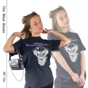 Cool t-shirt i toppenskick från Graphix Original Wear i storlek M. 100% cotton. Troligen menad för män.   Axel till axel 43.5cm, längd 70cm och bredd rakt över 52cm. SafePay knappen är aktiverad så det går att köpa direkt utan att behöva meddela! Tar annars swish! Spårbar frakt på 66kr är inräknad i priset och SafePay tar 10% av betalningen. Tyvärr kostar det lite extra då jag alltid kommer skicka spårbart och ta safepay för bådas säkerhet