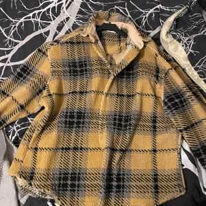 Mjukare skjorta från Dickies, använd en gång endast, är i nyskick. Det går använda som jacka eller skjorta.