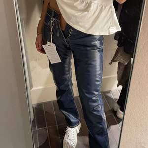 Helt nyköpta eytys cypres midrise straight jeans! Dom var tyvärr för små för mig så därav säljer jag dom. Nypris ca 2000. Jag är 165cm och har storlek 36/38 i vanliga fall i t.ex zara jeans. BUD :1200