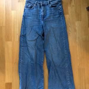 Vida jeans i stretchigt material! Använda fåtal gånger och är i bra skick!